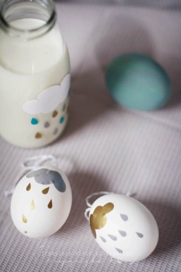 Whimsy Sticker Eggs | via http://fraeulein-klein.blogspot.no/2013/03/crocs-schokoladen-pancakes-und-bemalte.html