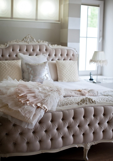 This beautiful deep-buttoned bed adds an element of luxe in this soft feminine boudoir | via http://www.theprettyblog.com/2012/01/pieter-lize-to-die-for-details/
