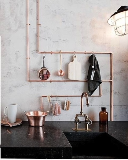 These exposed copper pipes that doubles as hanging space adds a touch of steampunk awesomeness to this kitchen | via http://www.vtwonen.nl/wooninspiratie/koper-in-de-keuken.html