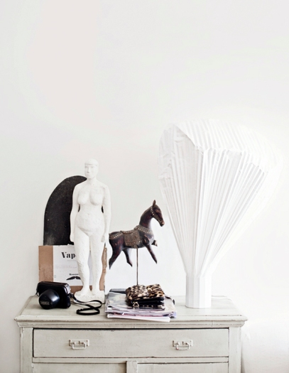 Love the play in contrast between the white and black | Hannah Lemholt Photography via http://honeypielivingetc.blogspot.com/2012/06/sondagsfix-hemma-hos.html