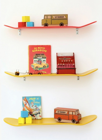 Such a cute and quirky DIY idea - using skateboards as shelves! Perfect for a boy's bedroom | via http://lamatrice-magaliarbib.blogspot.com/p/produits.html
