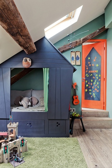 Even I would love sleeping in this tree house bed! Don't you think the deep blue, sea green and bright orange works well together?! | via http://www.latelierdarchi.fr/portfolio-type/appartements/