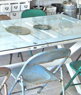 This old panelled door makes for a perfect patio table - the glass top providing a smooth surface to dine on | via http://levvackert.blogspot.com/2011/05/nu-oppnar.html