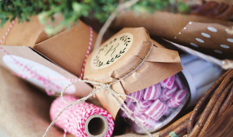 I love brown paper, string and glass - it makes everything look beautifully rustic and homemade. This gorgeous image was styled by Sam over at Elephantshoe paperie - they've got the most beautiful things in their online shop btw | http://blog.elephantshoe.com/