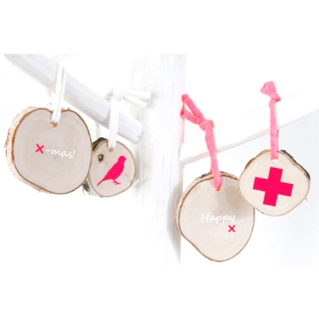 Christmas pendants made ​​of piece of tree trunk and hot neon pink elements | via http://www.kamer26.nl/webwinkel/kerst-2013/boomstam-hangers-fluor-4.html
