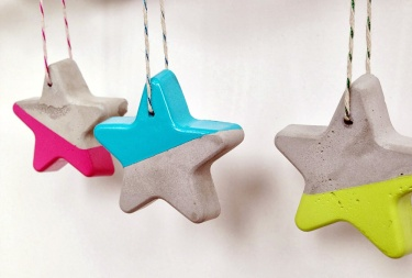 DIY paint dipped concrete star ornaments - so easy! | via http://www.yeoboblog.com/2013/12/modern-christmas-ornament-diy.html